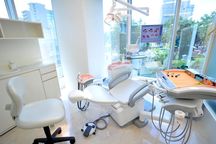 間仕切りがあり明るく清潔な診療スペース
