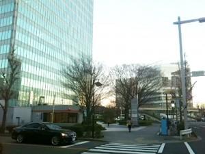 笹島交番とクリニックの入居するビル外観